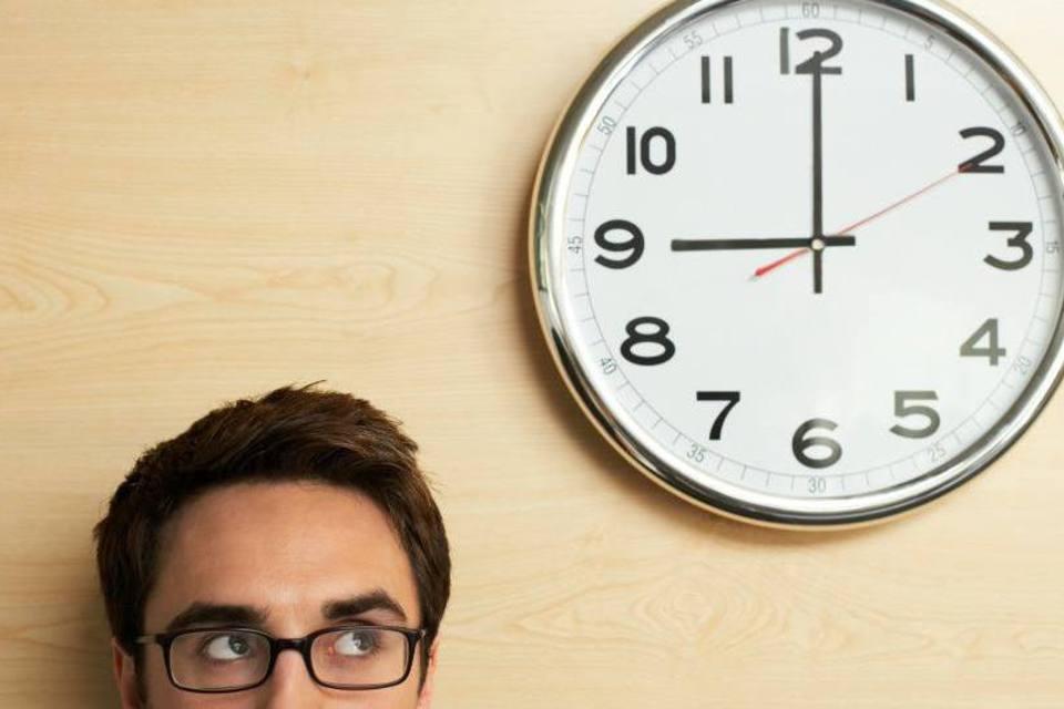 homem de óculos olhando as horas - quanto tempo para ficar fluente em inglês