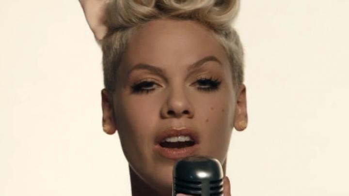 "Pink cantando no clipe do single ""Just Give Me A Reason"""