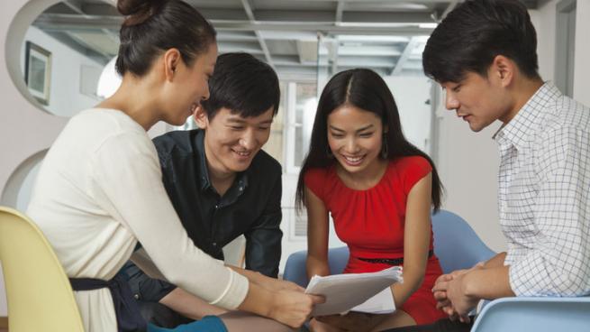 Pessoas lendo em grupos - Como Aprender Inglês com Textos