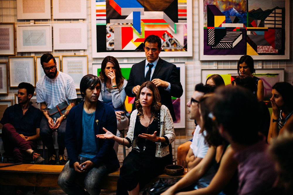 Várias pessoas conversando em grupo - quanto tempo para ficar fluente em inglês